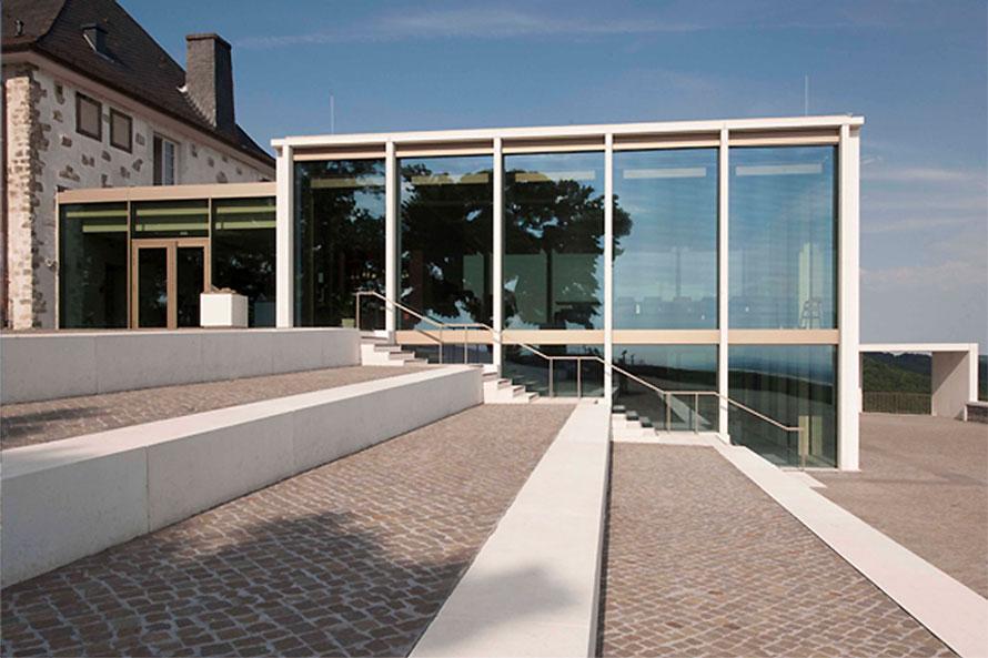 Perspektive Treppe zu Glasfront